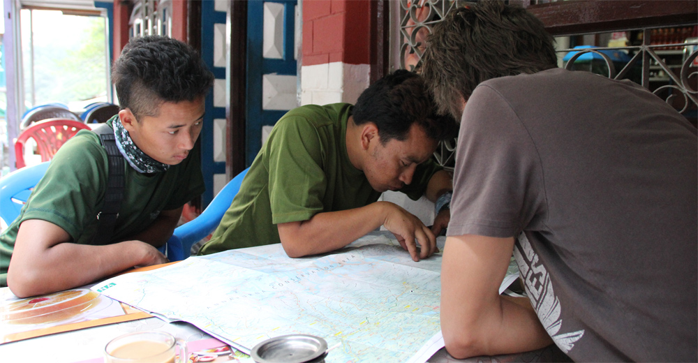 nar phu guide briefing on the map.